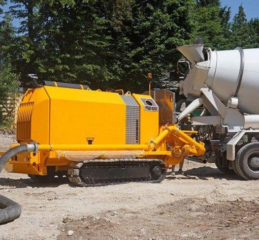 Gąsienicowa pompa do betonu na budowie 01