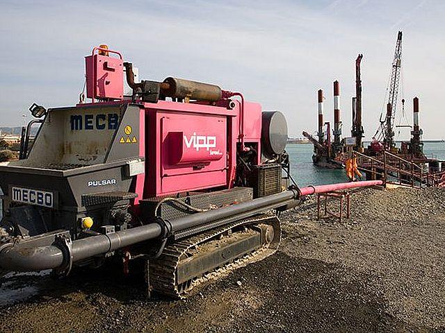 Gąsienicowa pompa do betonu na budowie 12