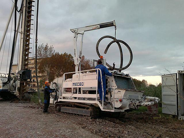Gąsienicowa pompa do betonu na budowie 14